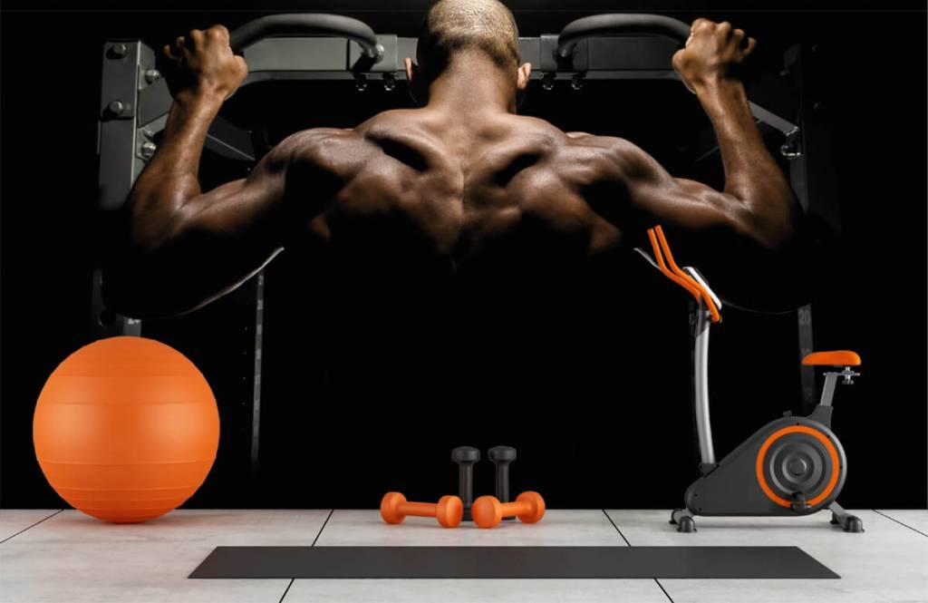 Fitness - Homme au dos musclé - Entrepôt 8