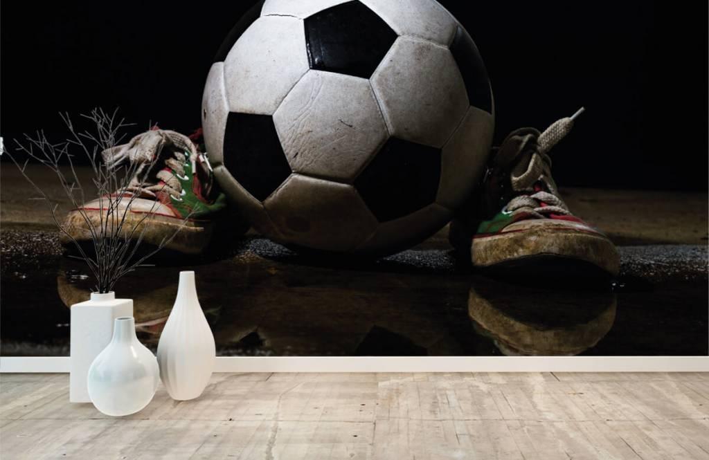 Papier peint de football - Football entre deux baskets - Chambre d'enfants 1