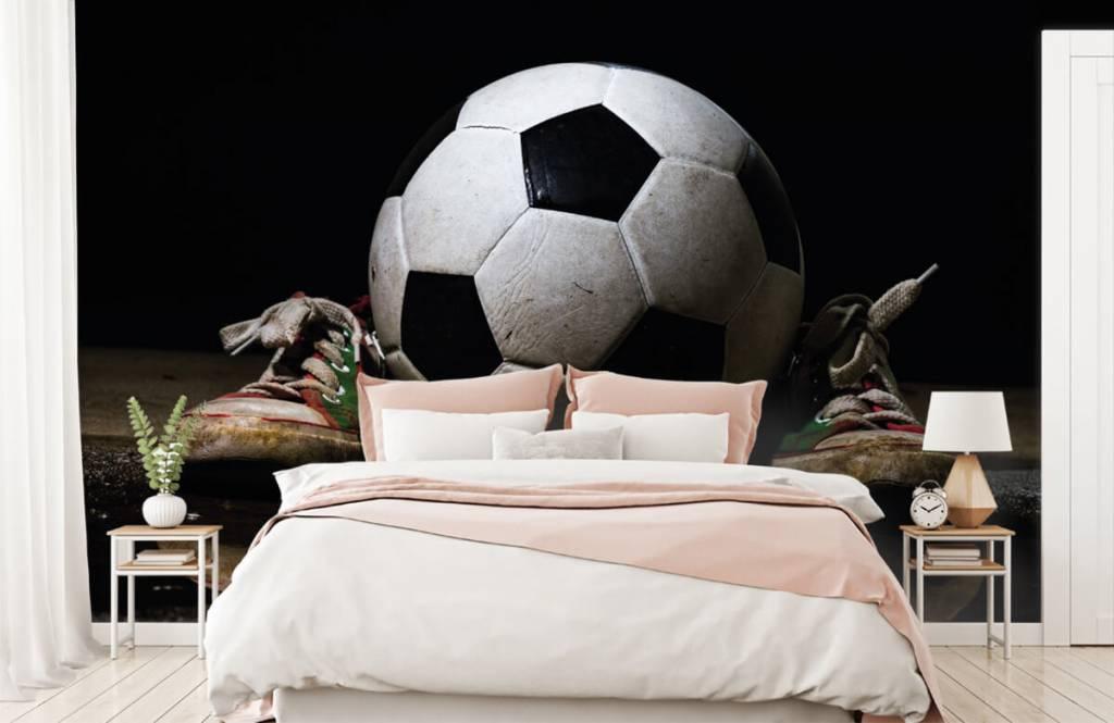 Papier peint de football - Football entre deux baskets - Chambre d'enfants 2