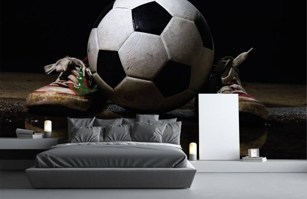 Papier peint de football - Football entre deux baskets - Chambre d'enfants 3