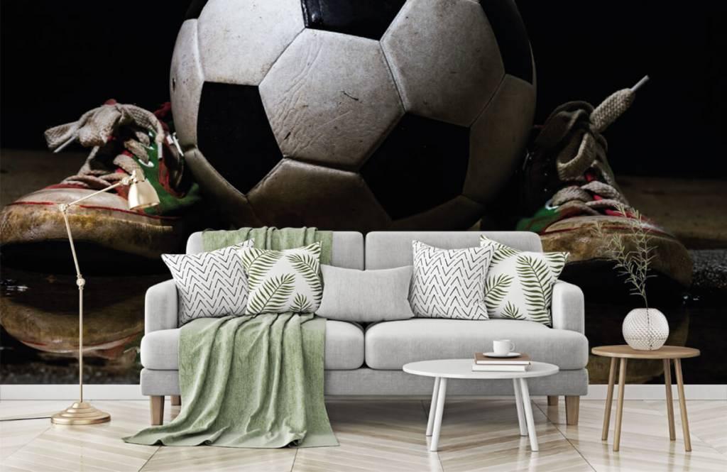 Papier peint de football - Football entre deux baskets - Chambre d'enfants 6
