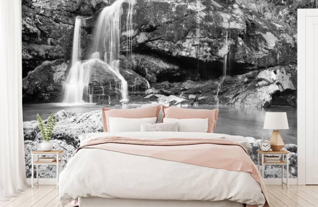Papier peint noir et blanc - Chute d'eau au-dessus d'un mur de pierre - Chambre à coucher 2