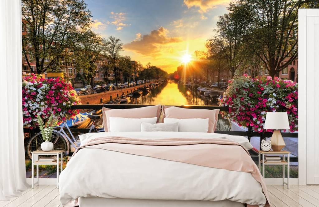 Papier peint Villes - Faire du vélo sur un pont avec des fleurs - Chambre à coucher 2