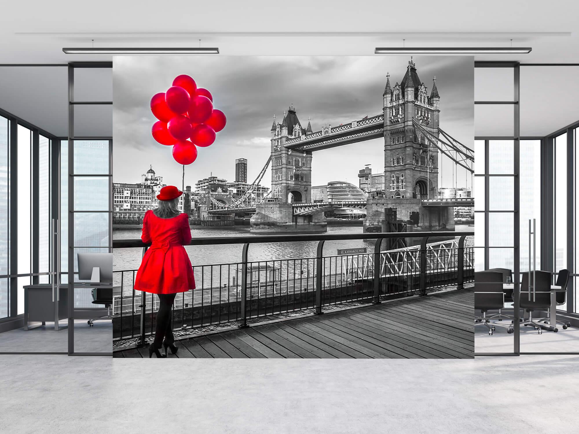 Femme sur le pont de la Tour 11